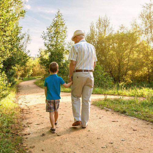 el-dia-de-los-abuelos-la-estrecha-linea-entre-cargar-con-los-nietos-o-curar-la-soledad